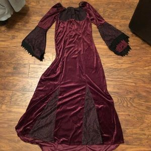 Beautiful maidens gown size med hits the floor
